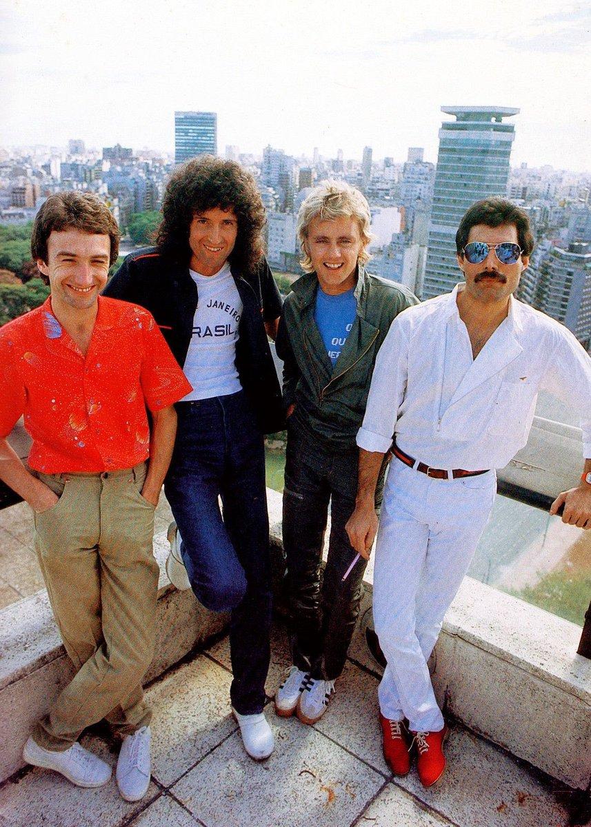 👑QUEEN EN ARGENTINA👑  •Un 28 de febrero pero del año 1981, Queen tocaba por primera vez en Argentina.  Para conmemorar esta fecha, voy a hacer un hilo con las fotos más curiosas de la banda en suelo argento.  [ABRO HILO]