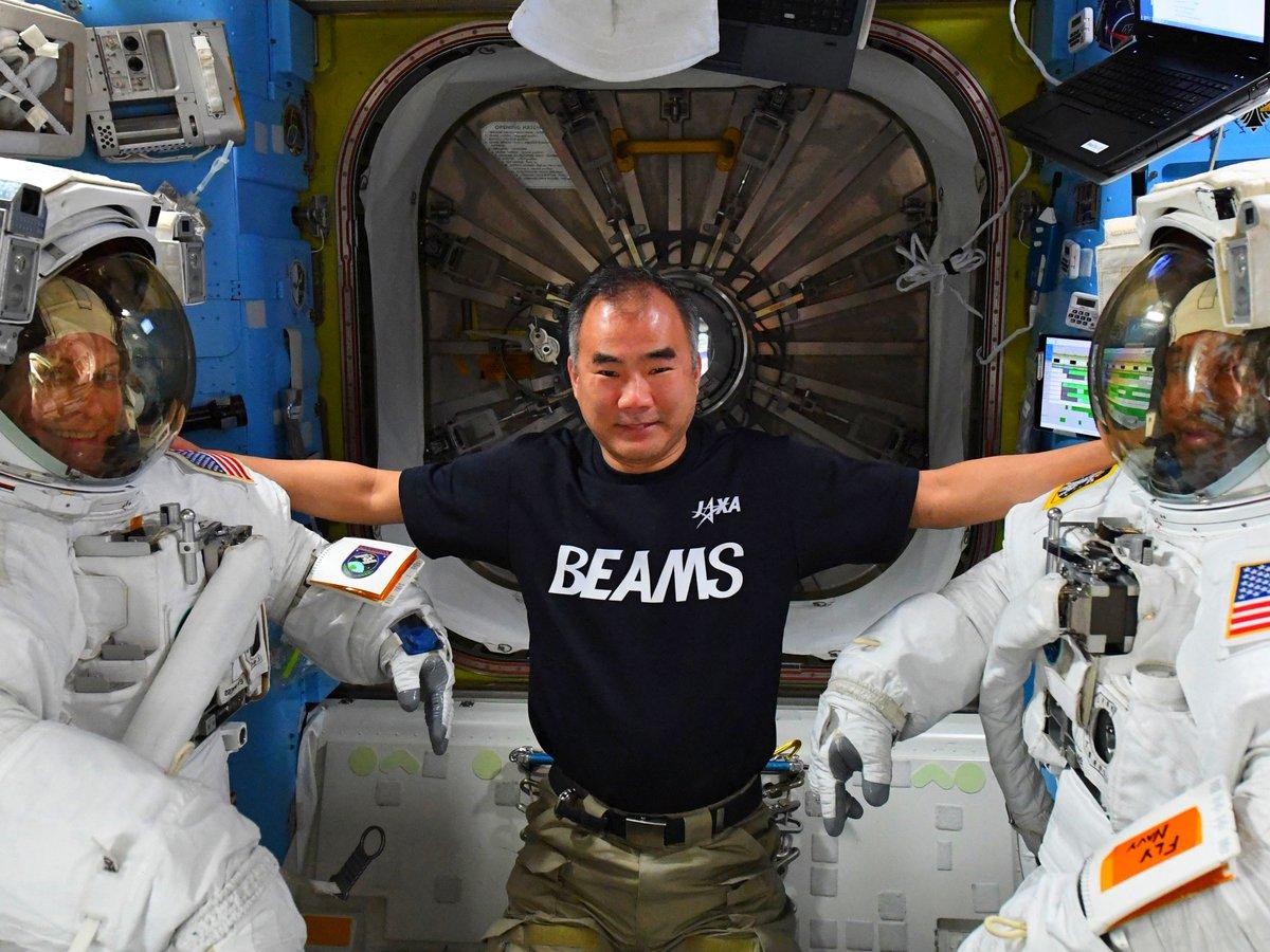 @Astro_Kate7 and @AstroVicGlover before their spacewalk. U.S. #EVA 71 is going on outside #ISS. Rubins飛行士とGlover飛行士、船外活動前のひとコマ。今日のメインの作業は新しい太陽電池パネルの架台建設です。