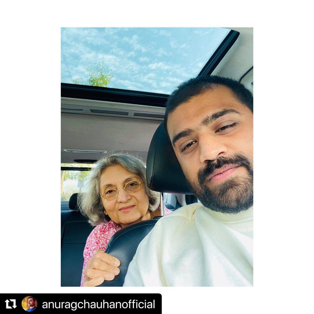 #Repost @anuragchauhanof ・・・ Date with Sheela !! . . . #maanandsheela #date #selfie #friends #girlfriend #smiles