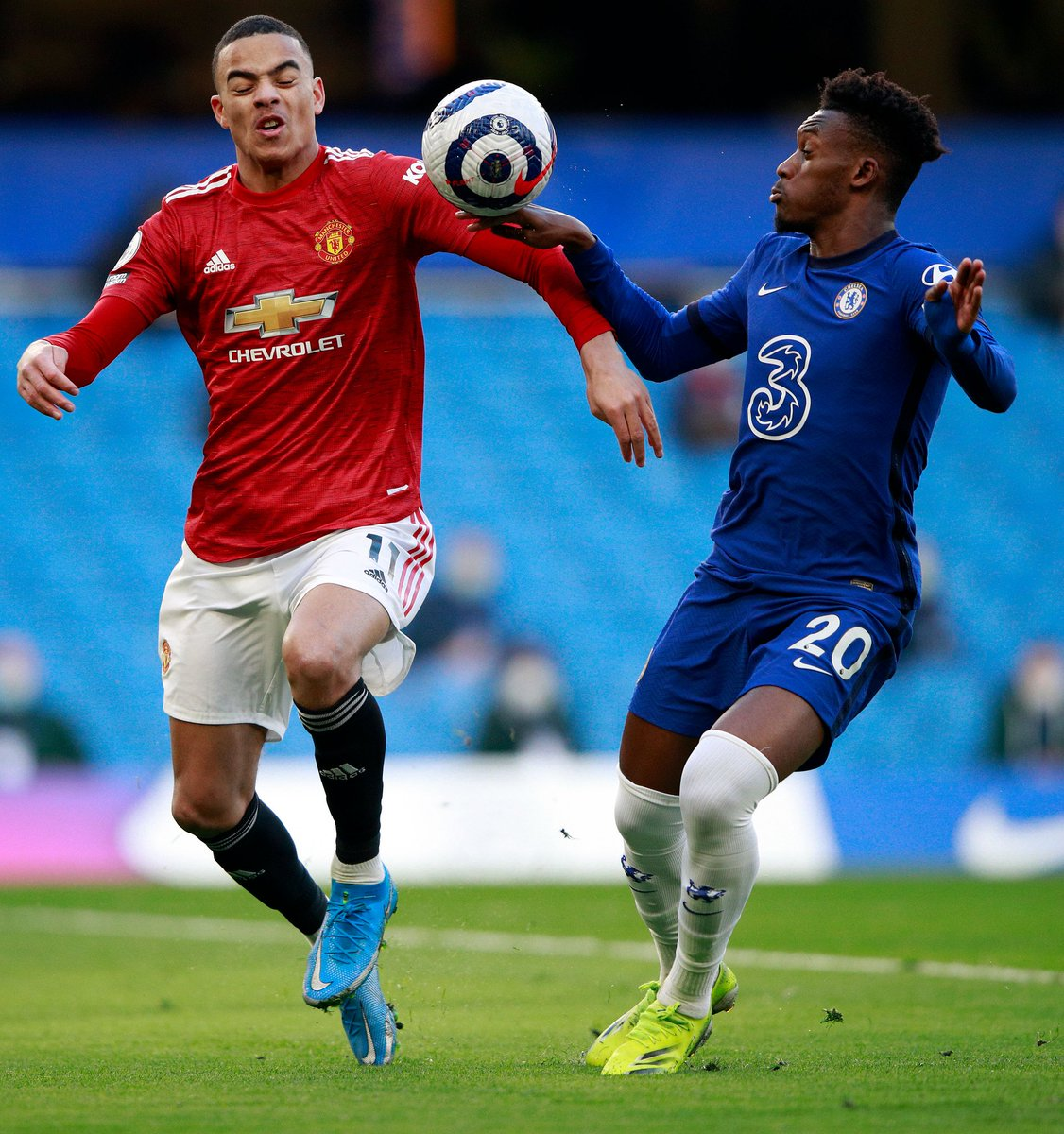 How on earth is this not a penalty? #bbcfootball #CHEMUN #PremierLeague