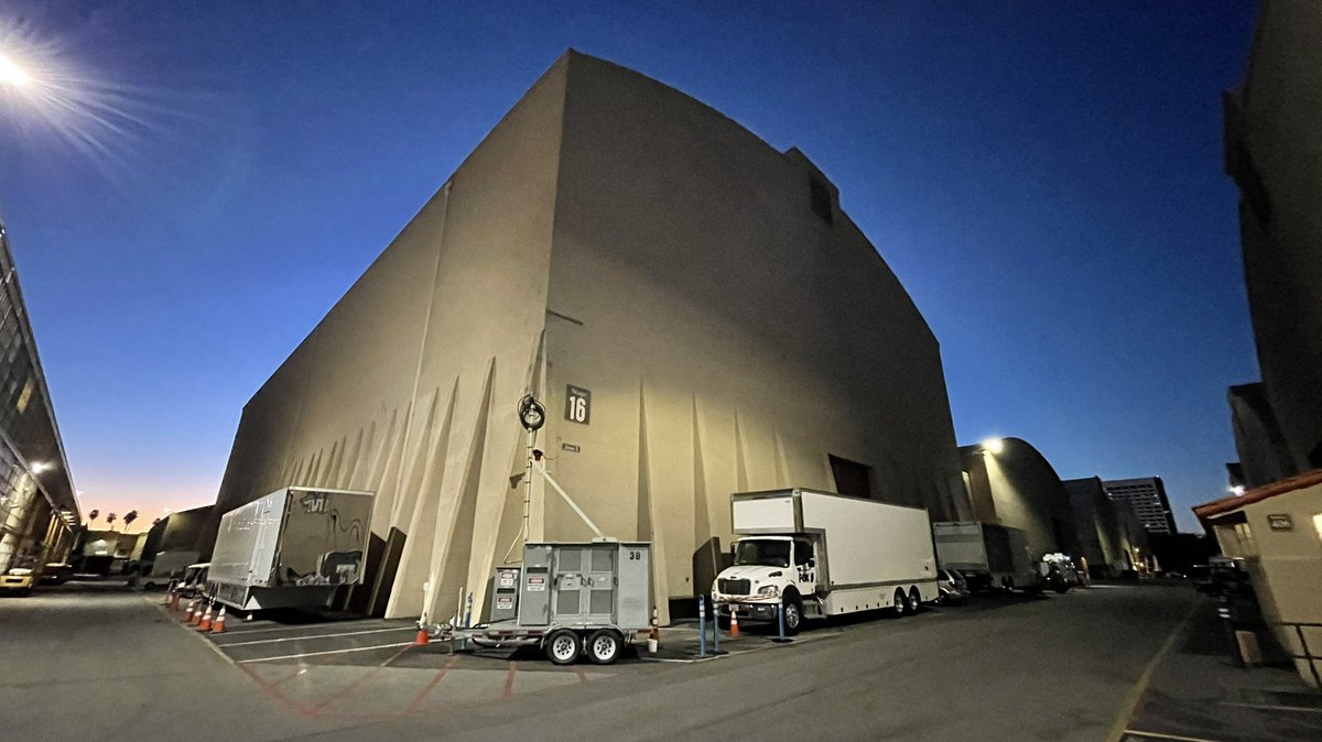 Hollywood history time. What you're looking at isn't just a soundstage on the @WarnerBros lot in CA. It is, in my opinion, a ridiculous story that would never happen today. This Gandalf of a soundstage (going from Grey to White) is my favorite soundstage in all of Hollywood. 1/x