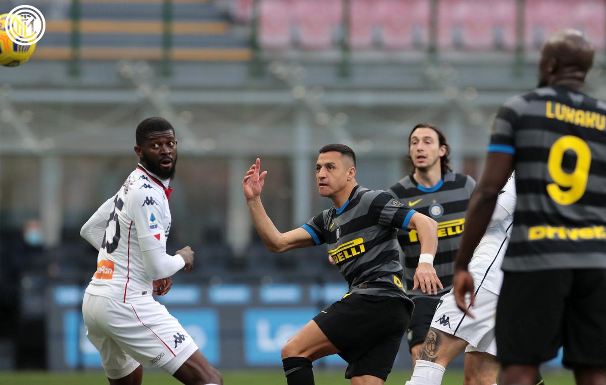 Penyerang Inter Milan, Alexis Sanchez (tengah)