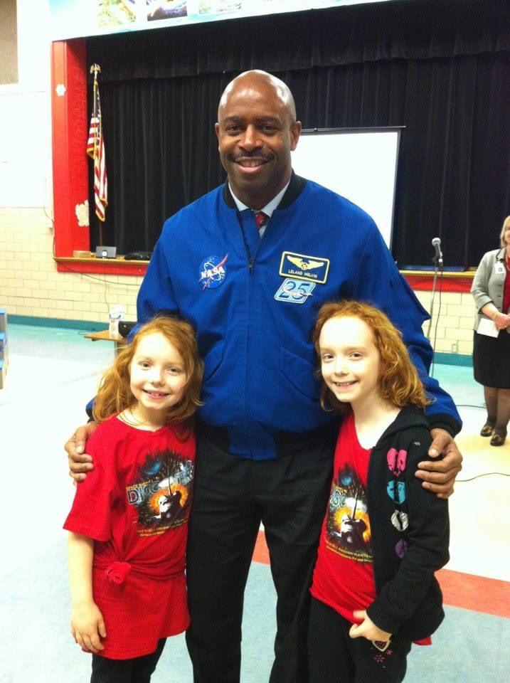 #OnThisDayルッキング宇宙飛行士リーランド・メルビンとバレット小学校ファミリーSTEMの夜に戻っ@Astro_Flow楽しさと感動のために#KWBPrideの学生や高校生に今ある私の姪! @NASASTEM @ STEMin30 #NASAedu #SpaceInspires #NASAExplorerSchool @SuptDuran @APSVirginia https://t.co/py30lA37RB4