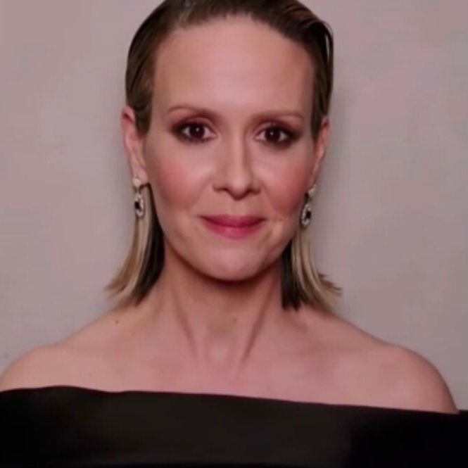 .@MsSarahPaulson looks stunning as a virtual presenter at the #GoldenGlobes.