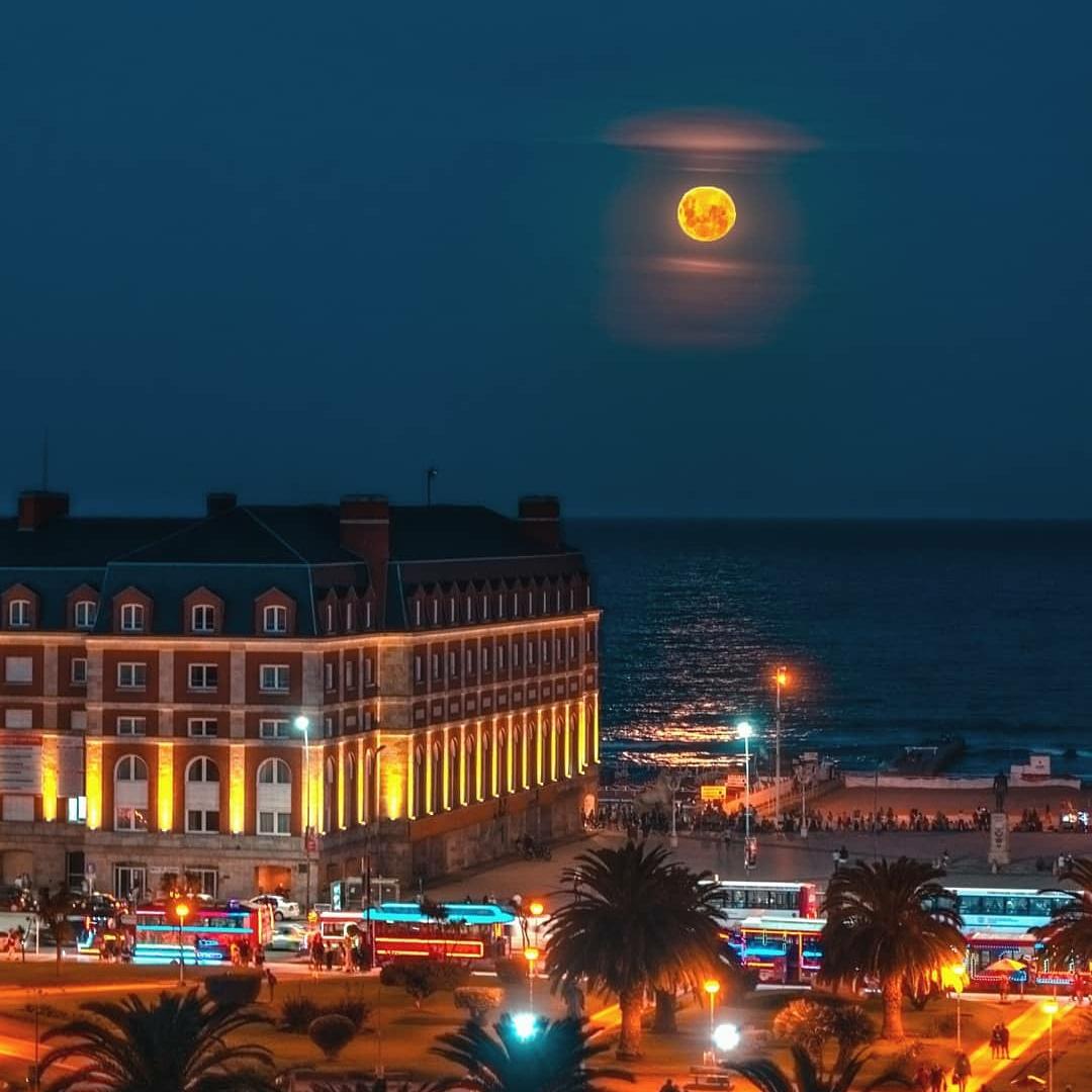 Na,na. Mar del Plata, te calmas !🔥😍 Chau Febrero  #MarDelPlata #MDQ #MDP #Mardel #Ar #Arg #Argentina #LaFeliz #LaPerlaDelAtlantico #Belleza #Mar #Atardecer #Sunset #Noche #Night #Luna #Moon #Sea #FullMoon #LunaLlena (📷 @marianobertarini)