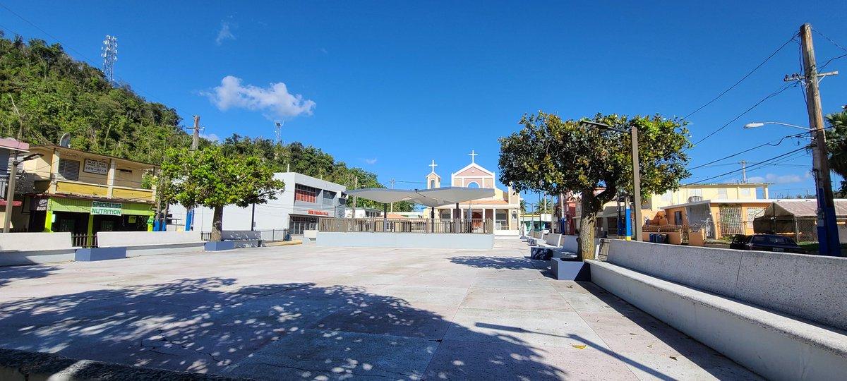 Hola Florida. Es el municipio más joven de Puerto Rico,  establecido en 1971. Aquí en su plaza pública y su parroquia Nuestra Señora de la Merced. Queda en la zona central de la isla. Por su área pasa el legendario Río Encantado. #rafyriveradiaz #puertorico #Florida