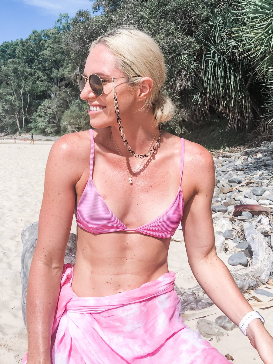 Just a girl in her ideal place in her favourite colour! #pink #beach #athlete