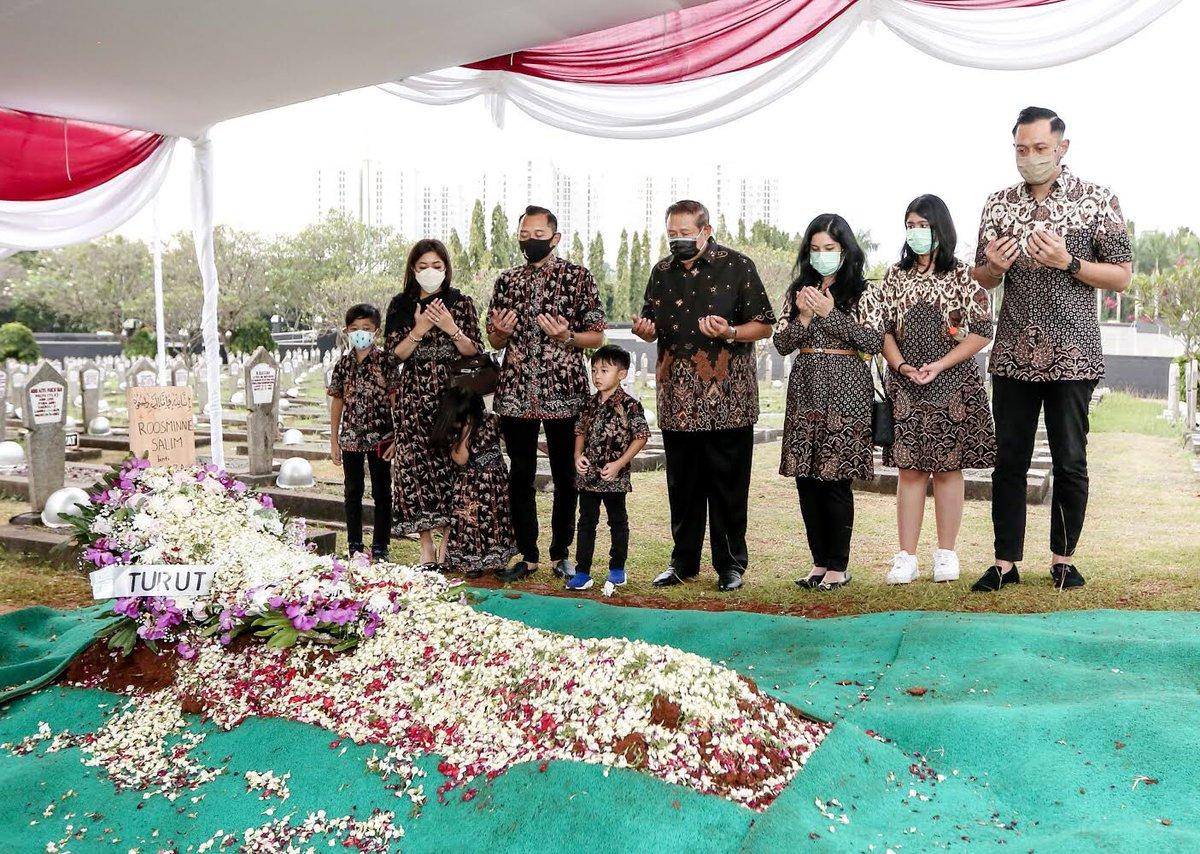 Kemarin, kami sekeluarga ziarah ke makam Almh Ibu Roosminnie Salim yg wafat pd Sabtu, 27/2/2021. Saya mengenang Almh sbg sosok yg setia mendampingi Bpk Emil Salim & memiliki kepedulian pada paguyuban kaum perempuan. Semoga almarhumah istirahat dgn tenang di sisi Allah Swt. *SBY*