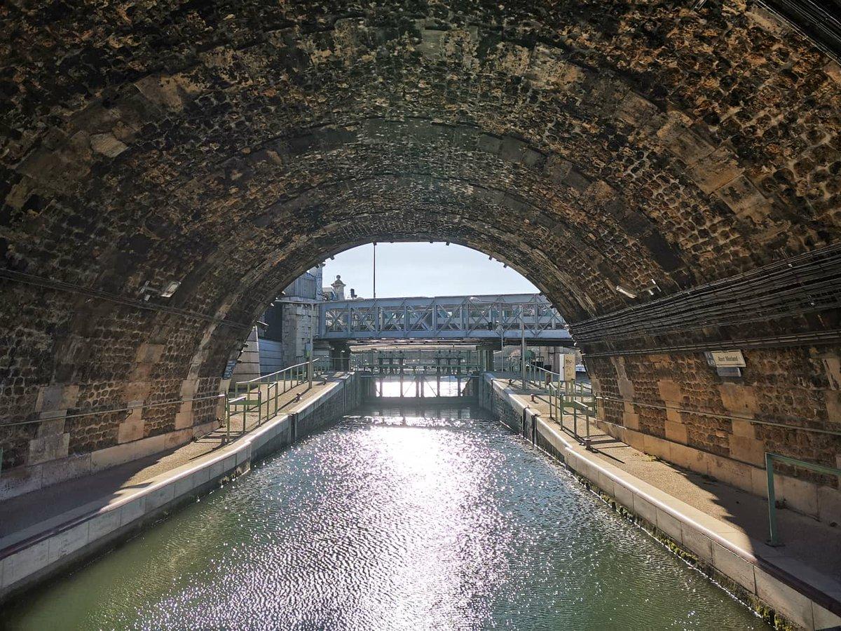 Écluse de l'Arsenal, Paris 4e. ° ° ° #cindyduboisguide #guideconferencier #tourguide #picoftheday #arsenal #portdelarsenal #igersparis #parisiangirl #paris #parisinsolite #fluvial