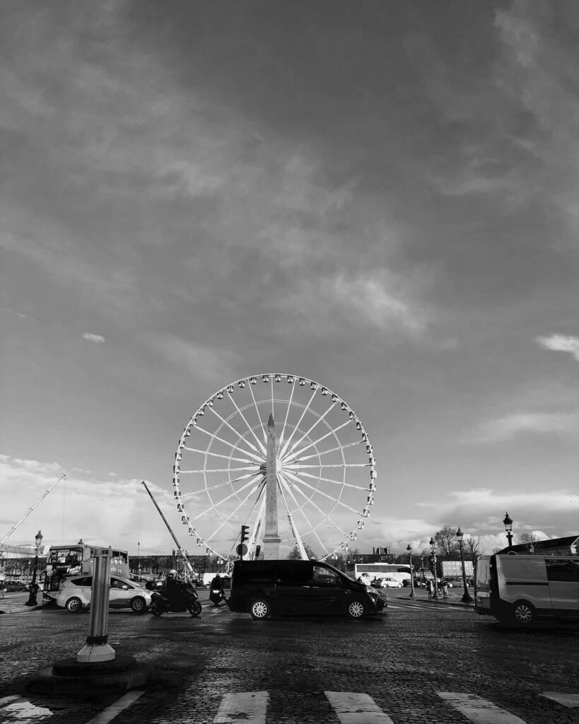 Wheel of fortune #granderoue #obelix #placedelaconcorde #roadtrip #parisianlife #sky #cloud #street #streelife #shadow #parisianstyle #bw_addiction #world_bnw #bnw_greatshots #bnwphotography #gf_bnw #igers #igersfrance #igersparis #igersbiarritz #hipstamatic @hipstamaticmagi…