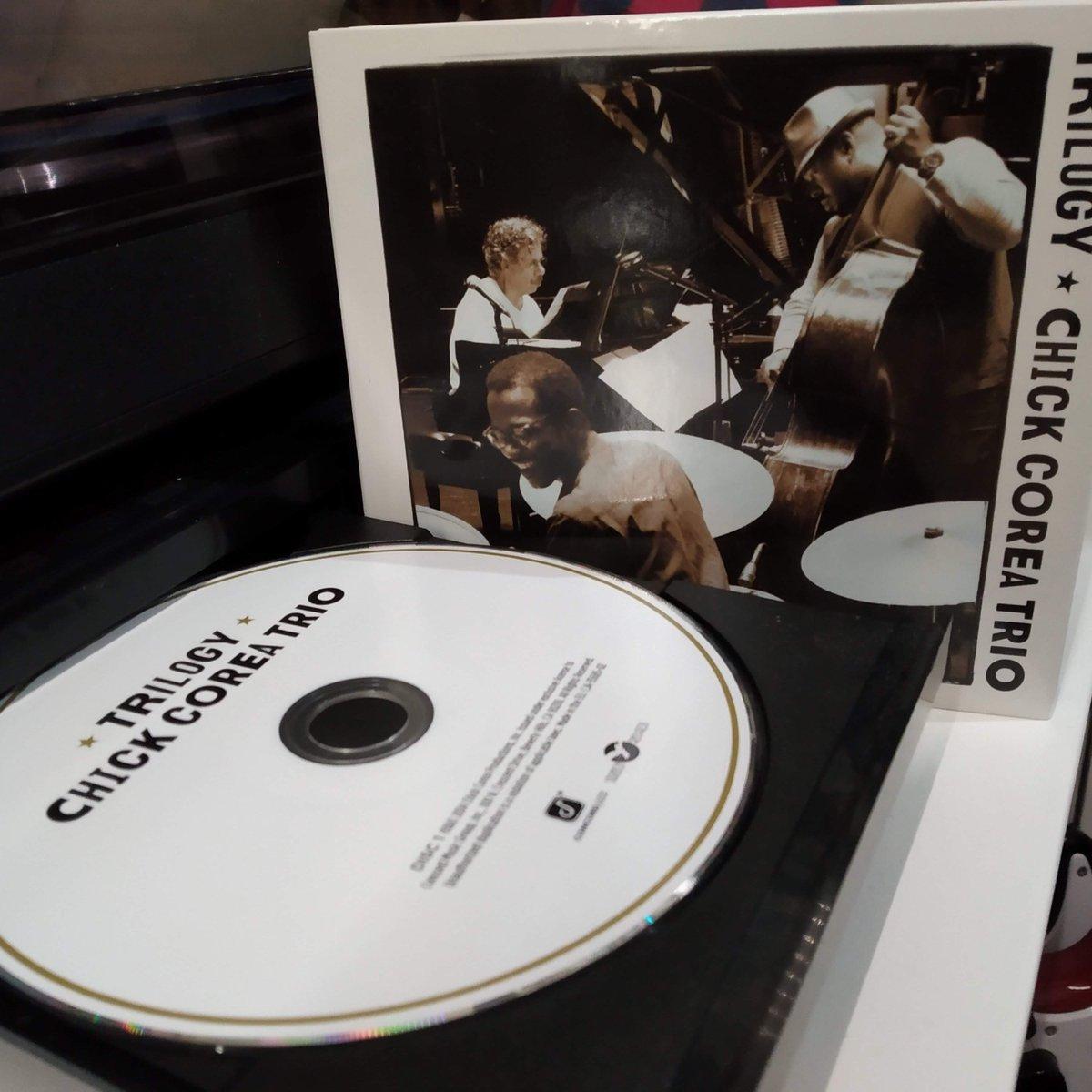 "Chick Corea Trio with Christian McBride & Brian Blade ""Trilogy"" (2014)   Il y a 1 an, 29 février 2020, mon dernier concert...  #CDOfTheDay #NotOnVinyl #ChickCorea #RIP #1YearWithoutConcert #confinement #teletravail #homeoffice #COVID19 #coronavirus"