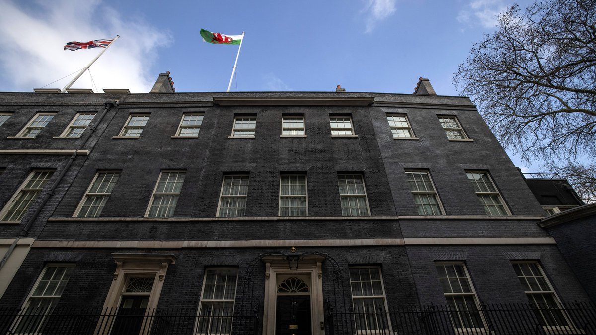 A very happy #StDavidsDay from Downing Street! 🏴  #DyddGŵylDewi hapus iawn o Stryd Downing! 🏴