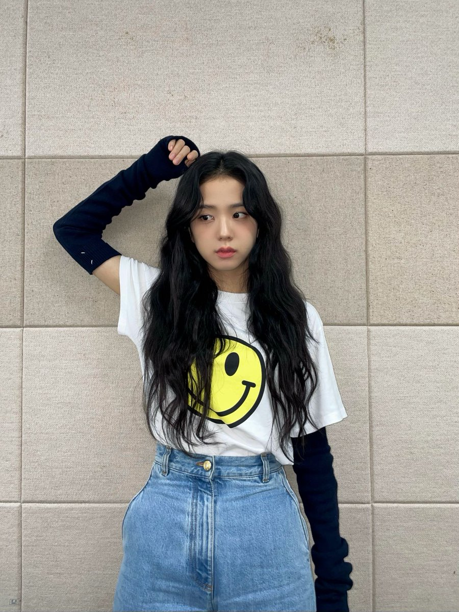 I love Jisoo. Why is YG treating her like that? I am very sad to see this situation. And this is not the first time #TreatJISOOfairly  #JISOO