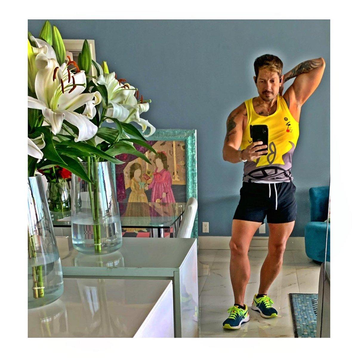 Mas pegao' que un peo 😂🤳🏻 - el espejo hace maravillas 💥💛 - vamo' pal' gym #derek #derekdiaz #selfie #mondaymotivation #monday #mondaymorning #manicmonday #yellow #workout #workoutoftheday #pegaito #fitnessjourney #gaymen #gayfitness #fitguys #fitnessgoals #fitnessmotivation