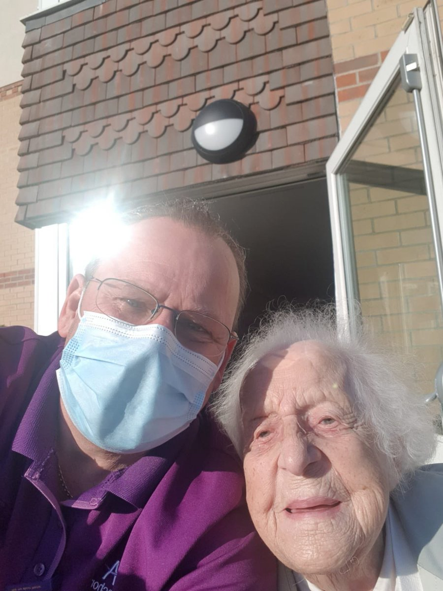 Eileen loved it out in the sun and asked James to take a #Selfie #FunintheSun #SunnyMonday @AnchorHanover @CareEngland @AhThameside ☀️🌸☀️
