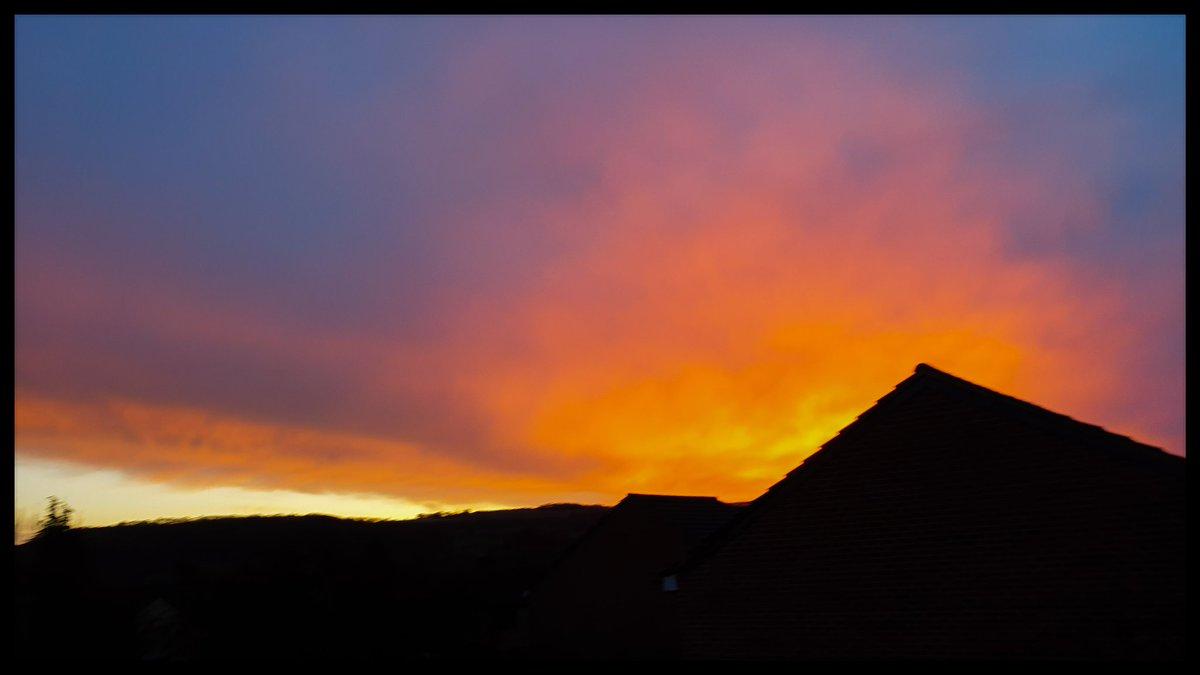 Beautiful sunrises 💜  #photography #nature #clouds #sky #sunrise @StormHour @ThePhotoHour #countryside