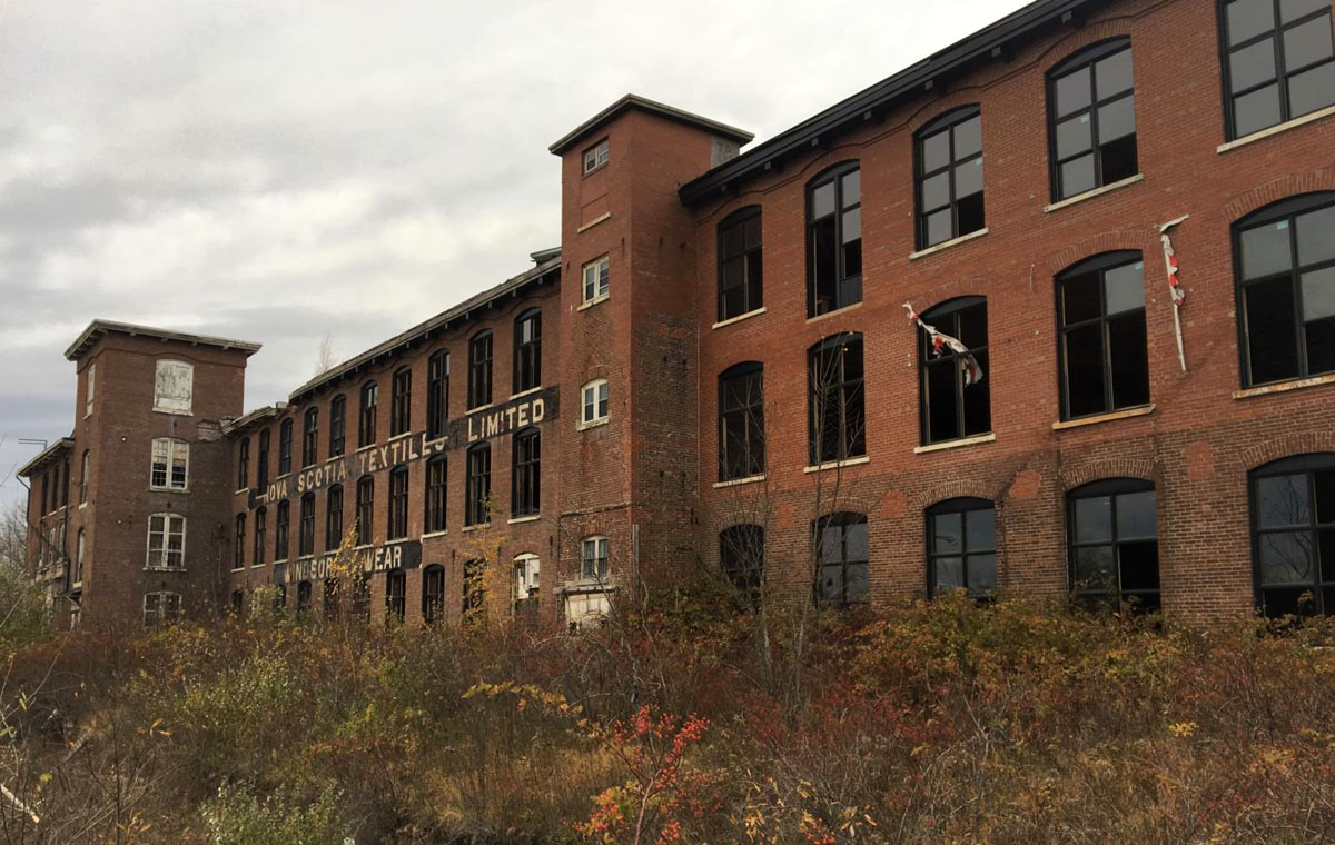 Highlights of a short visit to Windsor, including the forlorn Windsor Wear building, now sadly fading away (and missing its roof). Stephen Archibald shares some favourite sightings:  #NovaScotia #history #architecture #design #noticing @Cove17