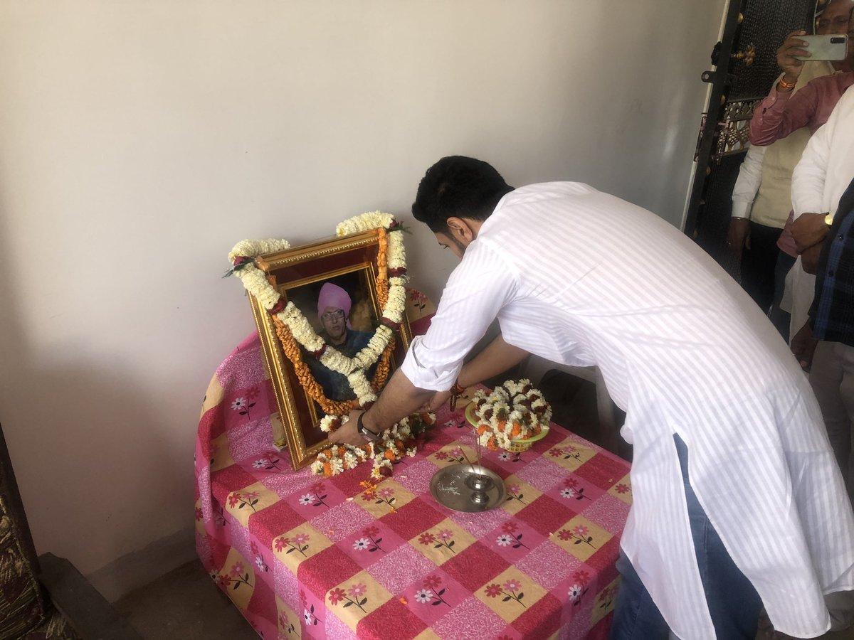 जमुई लोकसभा क्षेत्र के अंतर्गत महिसौड़ी, जिला जमुई में श्री सचिदानंद सिंह जी के भाई के निधन उपरांत उनके तस्वीर पर पुष्प अर्पित कर नमन किया व परिवारजनों से मुलाकात कर कुछ समय साथ बिताया।