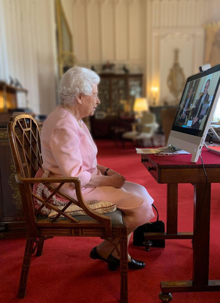 Королева Елизавета открыла статую самой себе