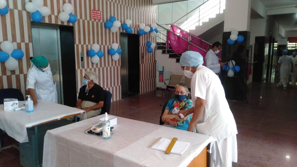#MadhyaPradesh में पहले दिन 60 साल से ऊपर के 16 हज़ार 19 लोगों ने लगवाया #coronavirus टीके का पहला डोज़।अन्य बीमारी से ग्रसित 45 साल से ऊपर के 1586 को लगा पहला डोज़।राज्य में अब तक 8 लाख 56 हज़ार 83 लोगों को लग चुके डोज़। @DDNewsHindi @MoHFW_INDIA @drharshvardhan @DrPRChoudhary