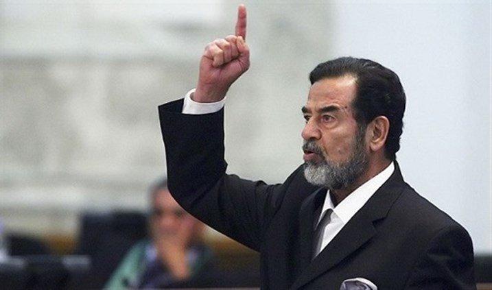 رفع صورة لصدام حسين على تقاطع تعلبايا