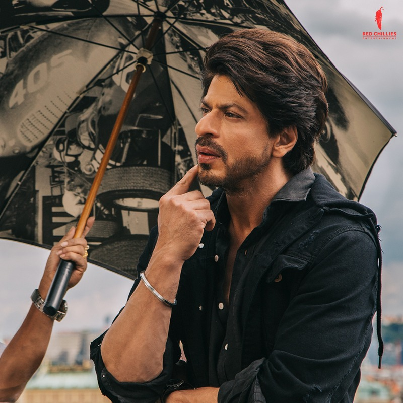 What is @iamsrk thinking? Reply with your captions and the best ones will be featured on our stories♥️  #BehindTheScenes #JabHarryMetSejal
