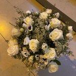 Image for the Tweet beginning: Des fleurs déposées au pied