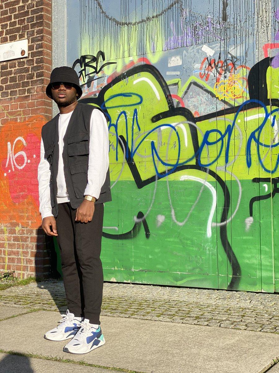 Ça flingue 🖤🤍🔫  Sorry but Wha & IG saw it before 😂 . . . . . . . . . . . #letsgetit #blackandwhite #black #white #followforfollowback #likesforlike #outfit #swag #drip #savage #onlygoodvibes #lockdown #fashion #lifestyle #ootd #yaounde #cameroun
