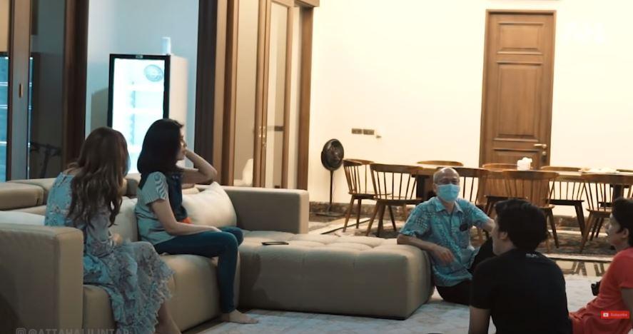 Momen saat Atta memperkenalkan Aurel kepada paman dan tentenya yang berada di Jakarta,