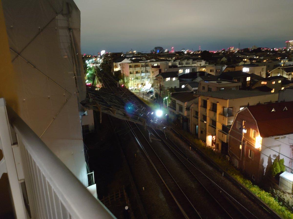 隣のビルの足場が崩壊して東横線に