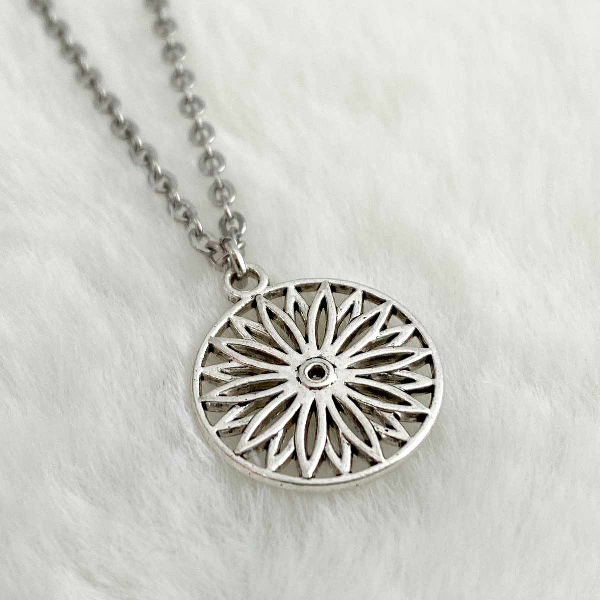 #RT @monalaina: Flower Charm Necklace, Silver Chain Necklace, Minimalist Necklace, Boho Floral Necklace, Bohemian Style, S321  #SmallBusiness #GiftforHer #EtsyJewelry #EtsyShop #Handmade #Jewelry #FreeShipping #Earrings #ChainNeck…