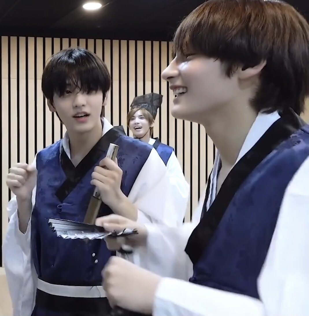 get someone to look at you the way choi soobin looks at huening kai.....🥺  #수빈 #휴닝카이 #SOOBIN #HUENINGKAI #sookai #껌딱지즈 #コムタクチズ