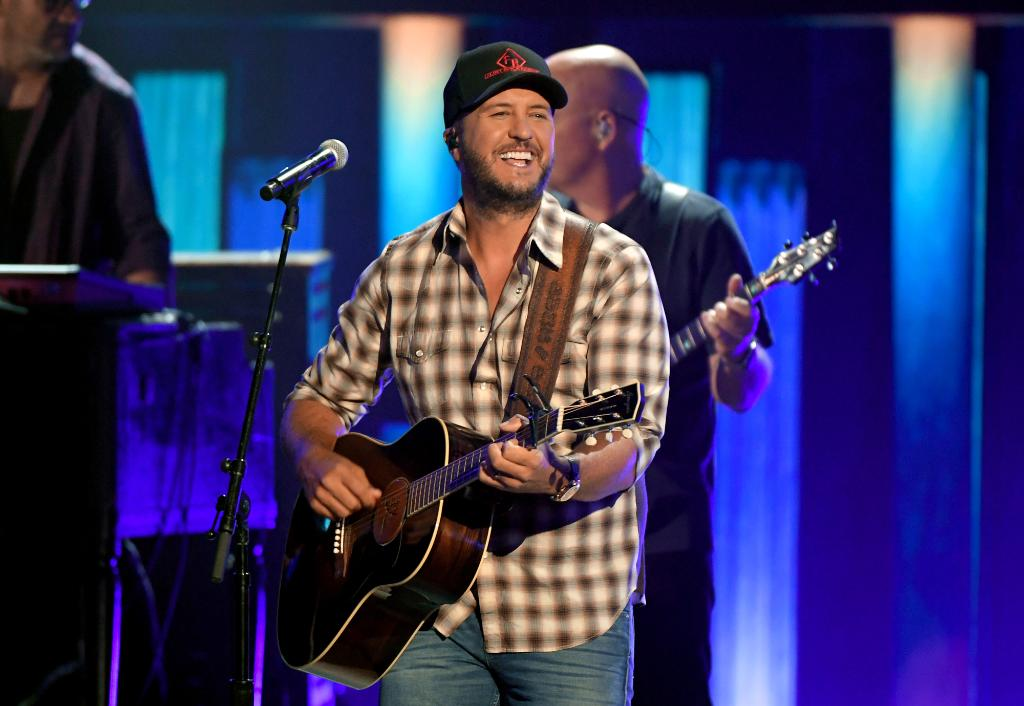 """Congrats to @LukeBryanOnline for taking the top spot on this week's Billboard Country Airplay chart with his hit """"Down To One."""" 🎉"""
