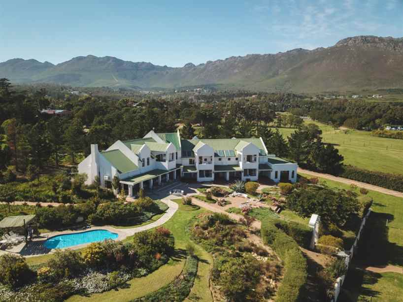 Say hi to #GordonsBay and the spectacular Wind-Rose Guest House where your every #Yuppiestay desire will be met when you enjoy a stay here from R655pppn:  #travel #luxurylifestyle #accomodation #meetsouthafrica #escape #explore