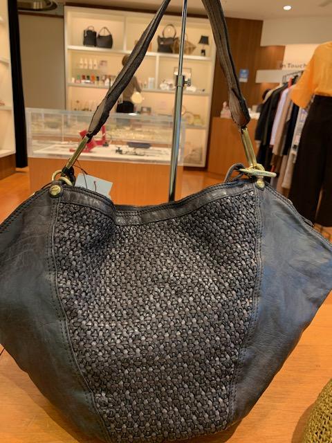 [CAMPOMAGGI] デザイン違いもございます こちらは少し大きめですので内容量もありますね! #バッグ #カンポマッジ #イタリア #男性 #デザイナー #レザー #ファッション小物 #職人 #技術 #セレクトショップ #インタッチ二子玉川 #玉川高島屋 #campomaggi #leather #Italy  #fish #L4L #f4f #selected