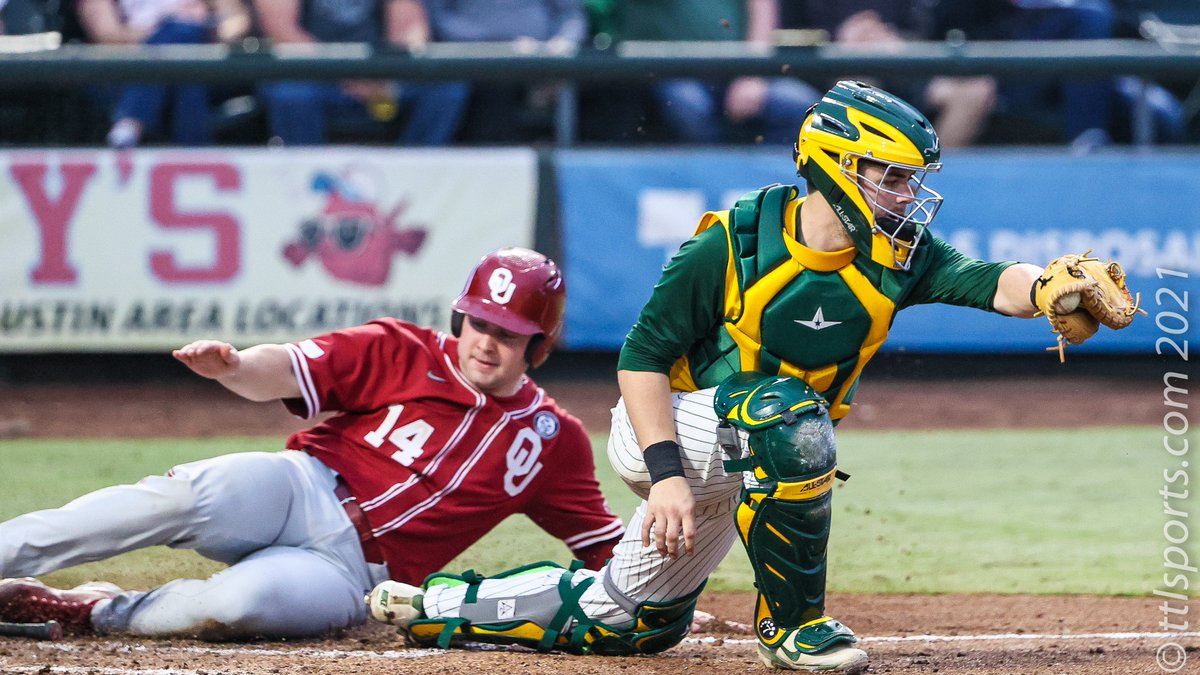 Justin MItchell (14) beat the throw from left field as @BaylorBaseball catcher Andy Thomas (R) defends home plate.  @OU_Baseball @RRockClassic #BestOutsideOmaha https://t.co/DyPUI62yuS