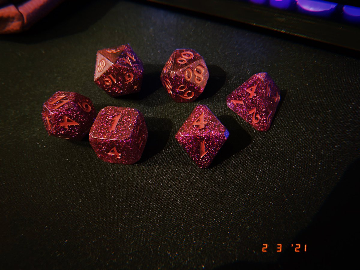 My friend surprised me with the Scanlan dice set yesterday,  they're so PRETTY! #CriticalRole