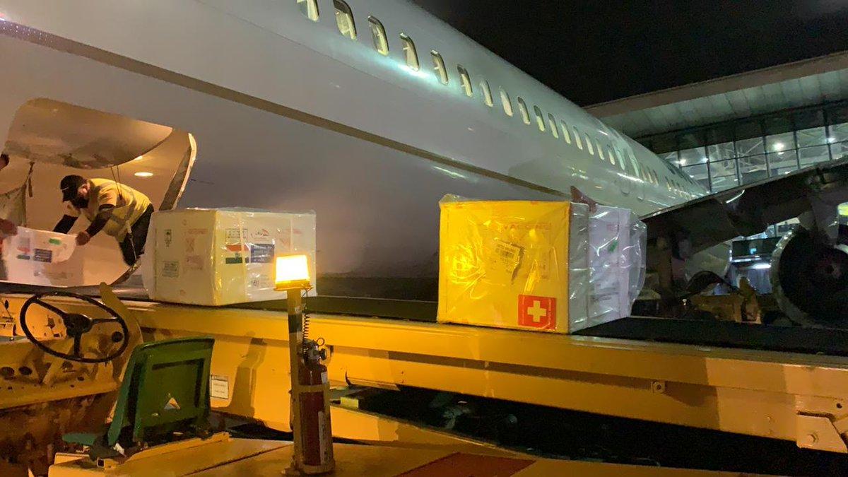 test Twitter Media - Imágenes del momento del arribo de la aeronave y la descarga de las cajas que contienen las 200 mil vacunas Covishield  provenientes de India. Fotos DGAC https://t.co/g94FBm9nEP