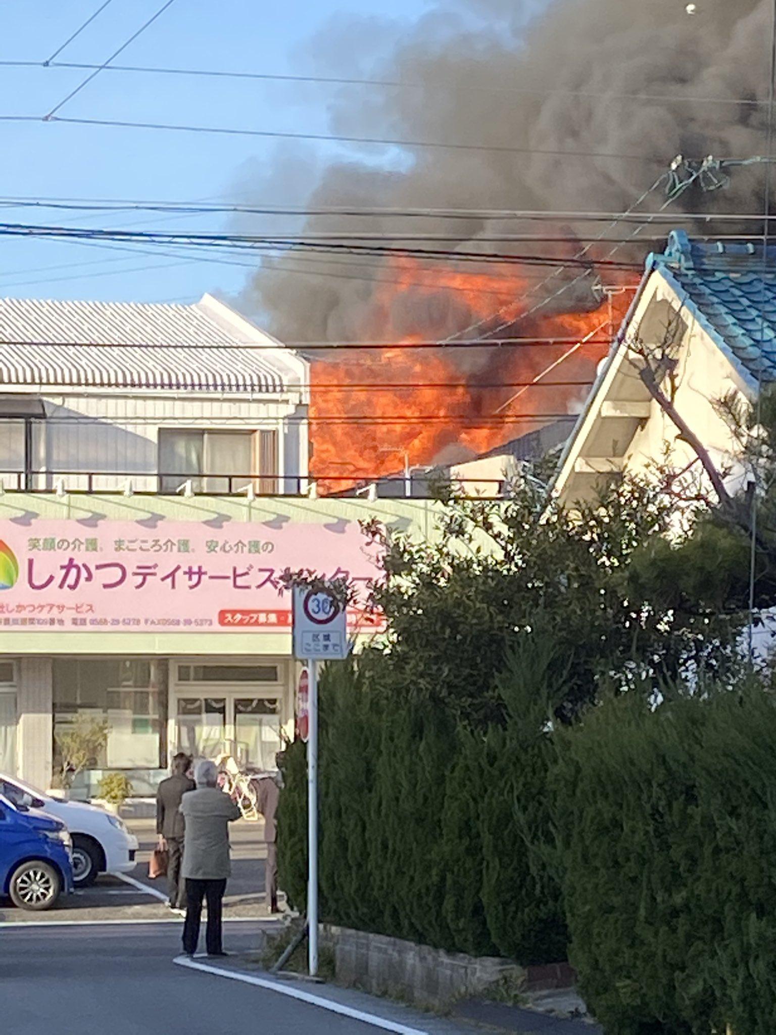 北名古屋市鹿田の集合住宅で大火事が起きている画像