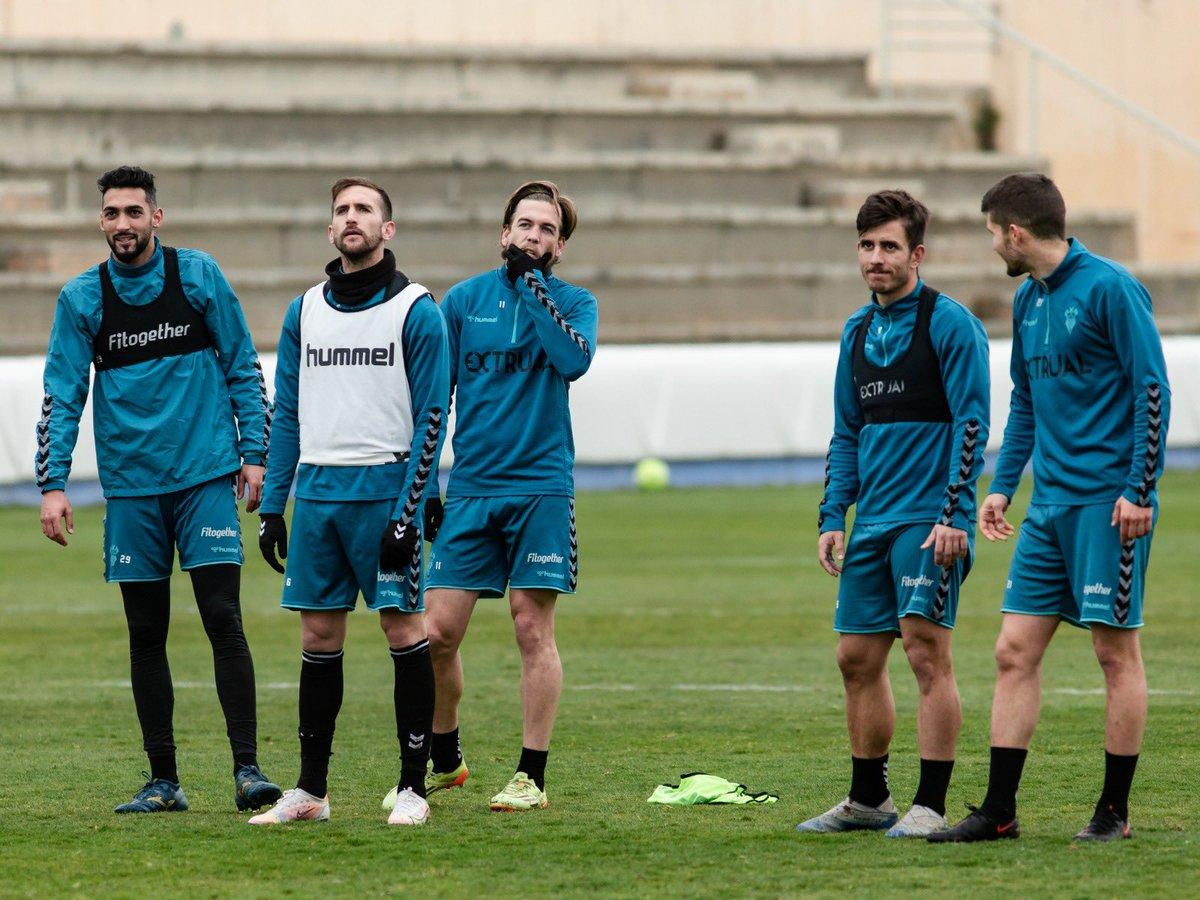 ¡Buenos días, albacetistas! 💪🏻  Miramos ya hacia un nuevo día de entrenamiento.   Desayunamos ☕️🍇 y a entrenar ⚽️  🔜 #AlbaceteLogroñés