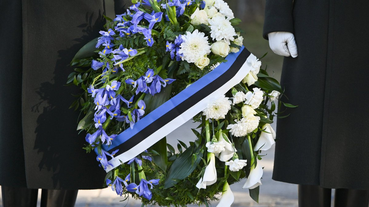 Today in #Vilnius, the President of #Estonia 🇪🇪 @KerstiKaljulaid, accompanied by the Foreign Minister @GLandsbergis, paid tribute to those who died for the freedom of #Lithuania 🇱🇹.