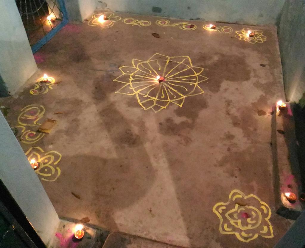 ye maine bnaya tha #diwali me 😊😊😊 jis ne nahi dekha tha unke liye phir se tweet kar raha hu 😀😀😀  #rangoli  #DiwaliCelebration