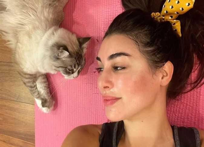صورة ياسمين صبري تداعب « كيتي» «أحلى واحدة في حياتي»