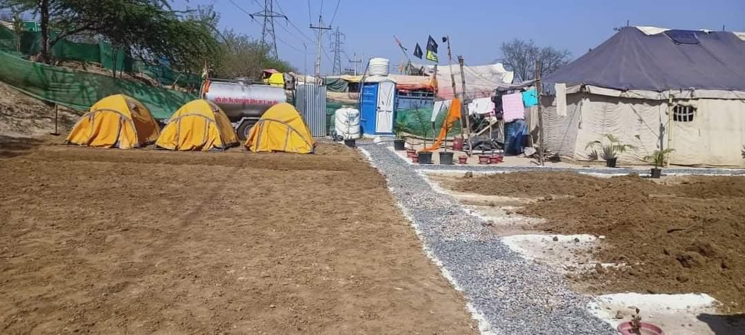 """गर्मियों से निपटने के लिए किसानों ने Mud House और Mini Garden तैयार कर लिए हैं।  #किसान कानून वापस कराए बिना नहीं जाएंगे। """"मौसम आते जाते रहेंगे, लड़ाई जारी रहेगी।"""" 🙏🙏 #FarmersProtest"""