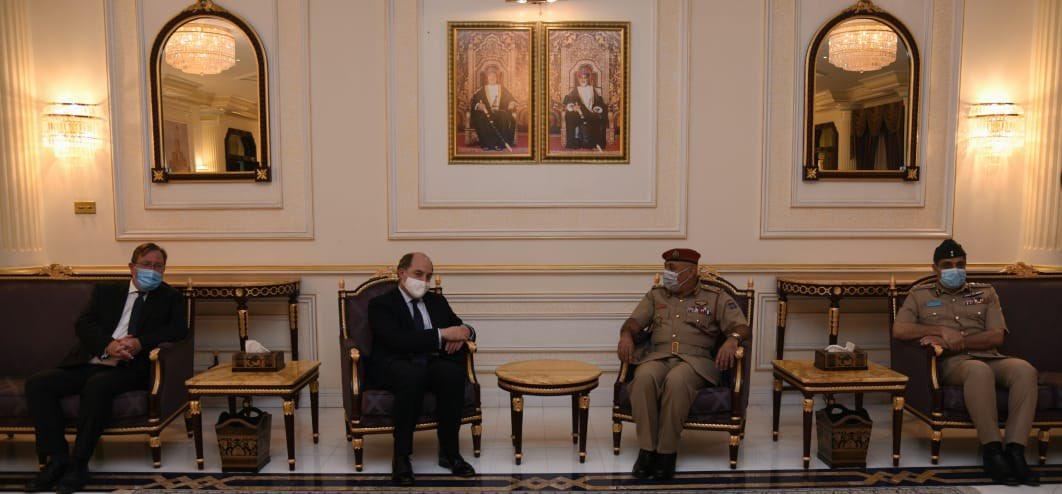 وزير الدفاع البريطاني بن والاس يصل السلطنة في زيارة رسمية تستغرق عدة أيام.