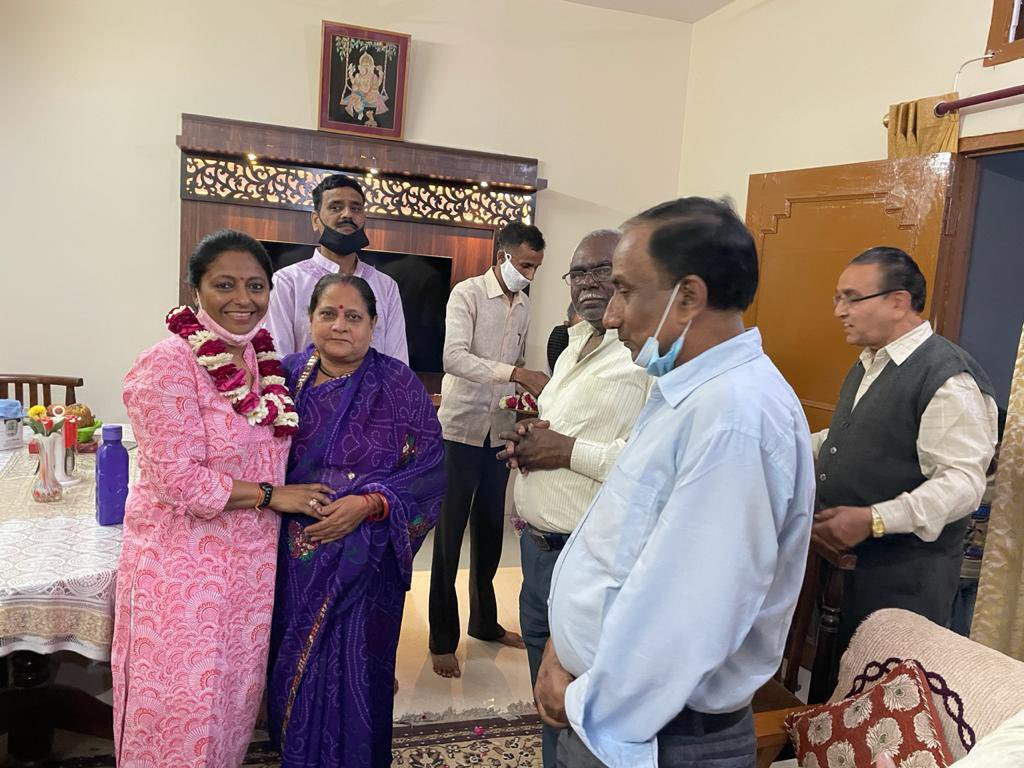 आज राजाजीपुरम में श्री के के दीक्षित जी के घर जाना हुआ। वहाँ कई स्थानीय गणमान्य महानुभावों से भी मिली । सभी लोगों ने आदरणीय प्रधानमंत्री श्री नरेन्द्र मोदी सरकार की नीतियों एवं योजनाओं की भूरि भूरि प्रशंसा की ।