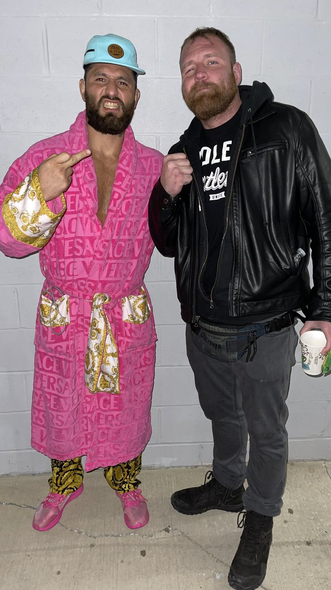 Jorge Masvidal is at #AEWDyanmite tonight and check out the Versace robe! (via @AEW) https://t.co/5wfrtmnXdR