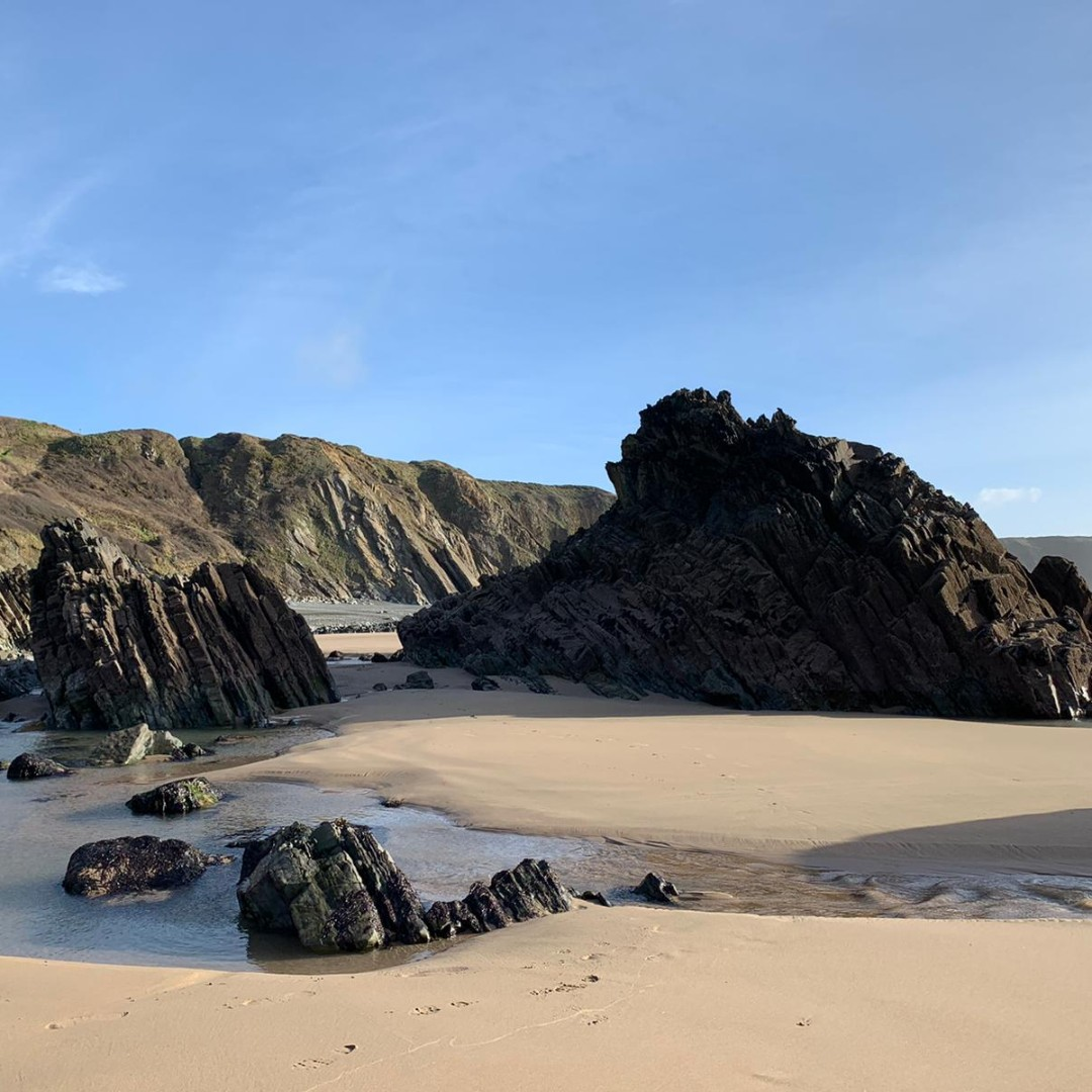 M A R L O E S  S A N D S🌊 . Beautiful, rugged, Marloes Sands, Pembrokeshire.  We cannot wait to be back at the beach this Summer! ☀️ . . . . #Marloes #MarloesSands #Pembrokeshire #Wales #Cymru #WelshCoastalPath #PembrokeshireCoast #BeachDays #Summer #Holidays #SelfCatering https://t.co/n8myjYsRFk