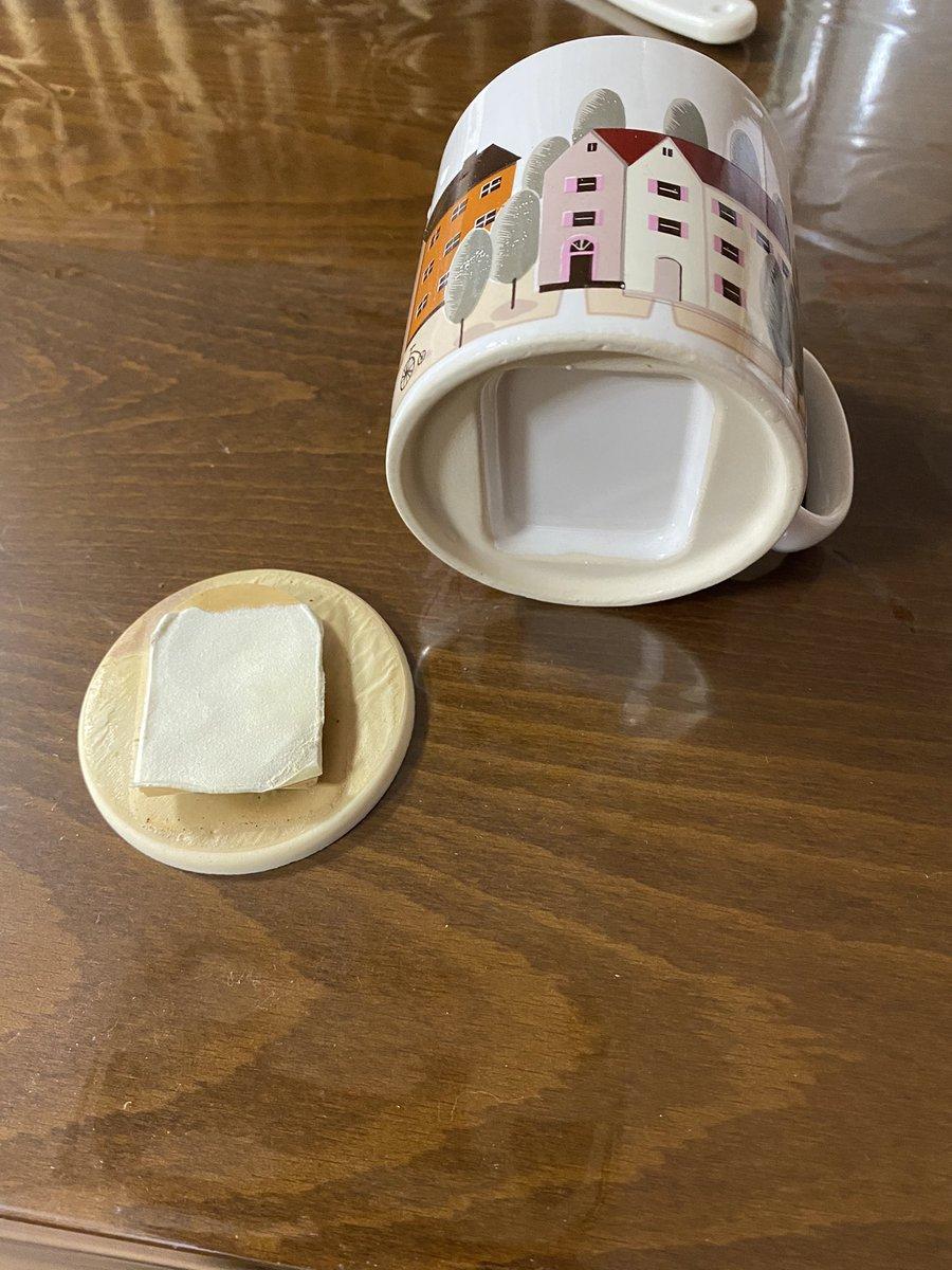 コレは・・・。ずっと食器棚にあったマグカップの底が剥がれたら変な機械出てきた。
