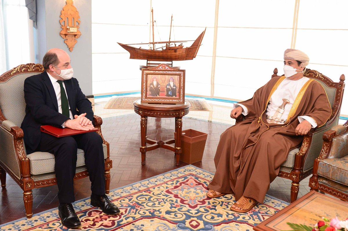 معالي الفريق أول سلطان بن محمدالنعماني وزير المكتب السلطاني يستقبل معالي بن والاس وزير الدفاعبالمملكة المتحدة.